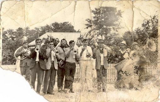 村のバンド達。各々が自由に音楽を楽しむ中でブラスバンドが形成されていく。右から3番目はFanfare Ciocarliaの初代リーダー、イオン・イヴァンチャ(1940-2006)