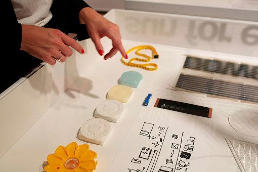 「Little Sun」では太陽のようなデザインの小型ソーラーランプを制作。日本でも販売されている