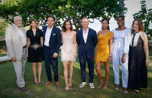左から『BOND 25(仮題)』製作のマイケル・G・ウィルソン、キャストのレア・セドゥ、監督のキャリー・フクナガ、キャストのアナ・デ・アルマス、ダニエル・クレイグ、ナオミ・ハリス、ラッシャーナ・リンチ、製作のバーバラ・ブロッコリ