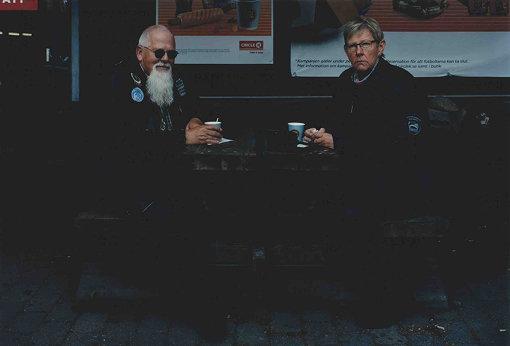 パーキングエリアのカフェでコーヒーを飲む老夫婦。ここのコーヒーも、ささやかに美味しかった / 撮影:田附勝