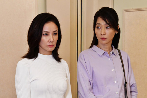弁護士の吉山まどか(吉田羊)とカフェ店長の岡野有希江(稲森いずみ)。まどかは有希江の離婚を巡る裁判の代理人を務める