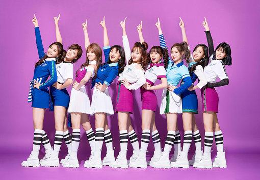 TWICE、日本デビューした2017年当時のアーティスト写真(左から:ツウィ、ジョンヨン、サナ、ジヒョ、ナヨン、チェヨン、ダヒョン、ミナ、モモ)