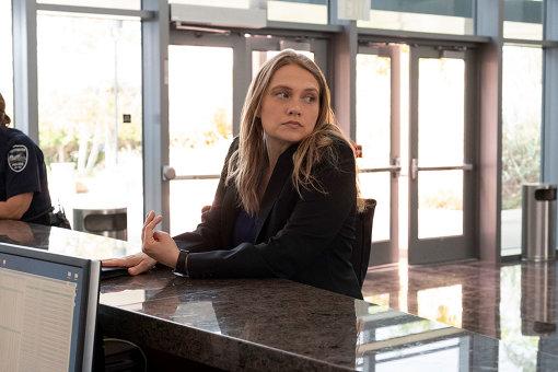 マリーを取り調べた刑事とは対照的に、カレン・デュバル刑事(メリット・ウェヴァー)は被害者に最大限の配慮をしながら捜査を進める Photo Credit Beth Dubber/Netflix