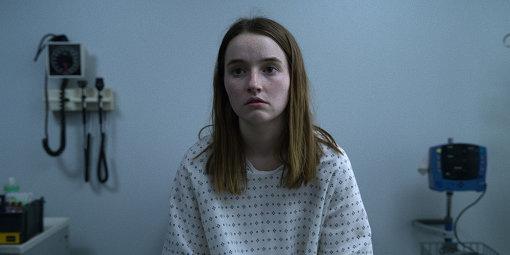 マリー(ケイトリン・デヴァー)は異なる刑事に、何度も事件についての質問を受け、そのたびに自身が受けた暴行の様子を繰り返し説明させられる