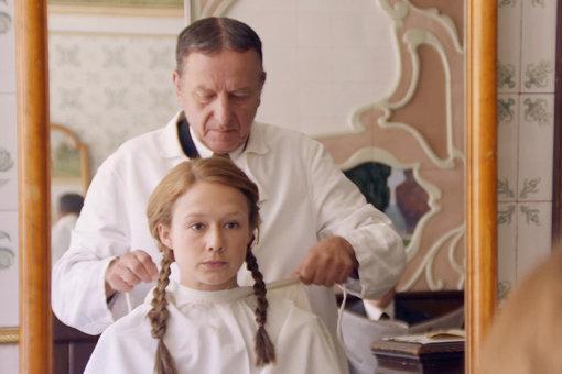 雑誌で見かけた女性の髪型を真似て、それまでの長髪をバッサリと切り落とす。『リンドグレーン』 ©Nordisk Film Production AB / Avanti Film AB. All rights reserved.