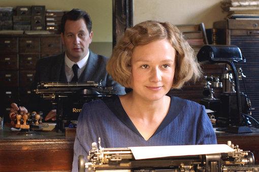 新聞社で、書き手としての技術を学ぶと同時に、社会から許されない恋もしてしまう。『リンドグレーン』 ©Nordisk Film Production AB / Avanti Film AB. All rights reserved.