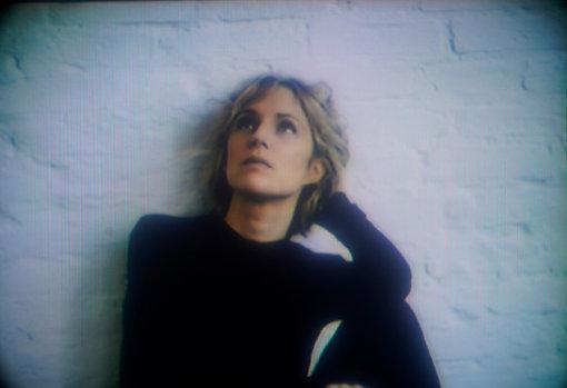 """アグネス・オベル<br>デンマークのコペンハーゲン出身、ドイツのベルリンを拠点に活躍する作曲家、シンガーソングライター、ピアニスト、プロデューサー。2009年のデビューシングル""""Just So""""がドイツ・テレコムのテレビCMに起用され颯爽と音楽シーンに登場。2018年、ドイツ・グラモフォンと専属契約を発表。2020年2月に4年振りとなるアルバム『MYOPIA』をリリースする。(© Alex Brüel Flagstad)"""