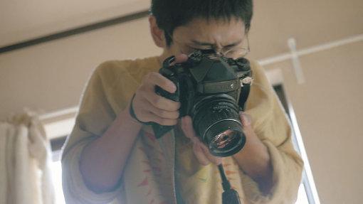 齋藤陽道が、妻・盛山麻奈美の出産の様子を撮影する場面 / 『うたのはじまり』 ©2020 hiroki kawai SPACE SHOWER FILMS