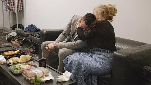 ポッドでの「デート」を経て婚約したカップルは、日常生活に戻って様々な困難に直面する