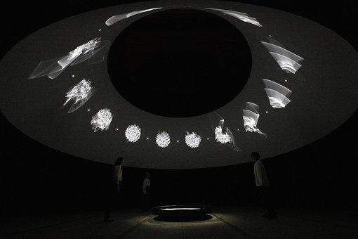 『ときに川は橋となる』(2020年) / 『オラファー・エリアソン ときに川は橋となる』展示風景 2020 東京都現代美術館 / Courtesy of the artist; neugerriemschneider, Berlin; Tanya Bonakdar Gallery, New York / Los Angeles Photo: Kazuo Fukunaga © 2020 Olafur Eliasson