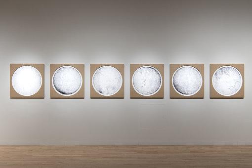 『クリティカルゾーンの記憶(ドイツ-ポーランド-ロシア-中国-日本)no. 1-12』部分(2020年) / 『オラファー・エリアソン ときに川は橋となる』展示風景 2020 東京都現代美術館 / Courtesy of the artist; neugerriemschneider, Berlin; Tanya Bonakdar Gallery, New York / Los Angeles Photo: Kazuo Fukunaga © 2020 Olafur Eliasson