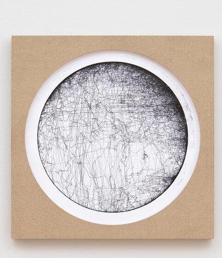 『クリティカルゾーンの記憶(ドイツ-ポーランド-ロシア-中国-日本)no. 10』(2020年) / 『オラファー・エリアソン ときに川は橋となる』展示風景 2020 東京都現代美術館 / Courtesy of the artist; neugerriemschneider, Berlin; Tanya Bonakdar Gallery, New York / Los Angeles Photo: Kazuo Fukunaga © 2020 Olafur Eliasson / 「クリティカルゾーン」とは、土壌や水、大気、生物などの複雑な相互作用の循環がある地球の表層部分を指す言葉