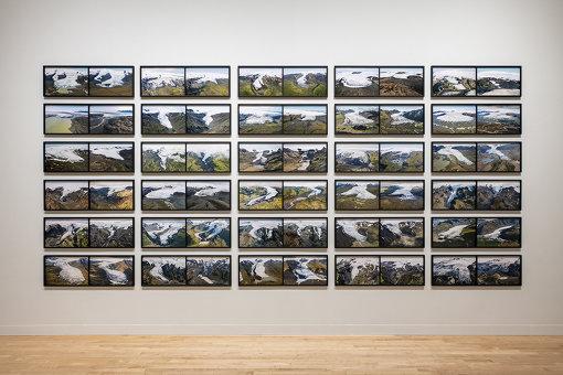 アイスランドでの過去20年間の氷河の大きな変化が目に見えるかたちで示される『溶ける氷河のシリーズ 1999/2019』(2019年) / 『オラファー・エリアソン ときに川は橋となる』展示風景 2020 東京都現代美術館 / Courtesy of the artist; neugerriemschneider, Berlin; Tanya Bonakdar Gallery, New York / Los Angeles Photo: Kazuo Fukunaga © 2020 Olafur Eliasson