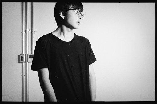 崎山蒼志(さきやま そうし)<br>2002年生まれ静岡県浜松市在住。母親が聞いていたバンドの影響もあり、4歳でギターを弾き、小6で作曲を始める。2018年5月9日にAbemaTV『日村がゆく』の「高校生フォークソングGP」に出演。独自の世界観が広がる歌詞と楽曲、また当時15歳とは思えないギタープレイでまたたく間にSNSで話題になる。2019年10月30日に2ndアルバム『並む踊り』をリリース。
