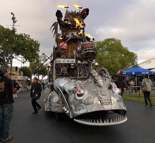 アメリカ西海岸の『Maker Faire』にて / アメリカのフェアは、『バーニングマン』にも共通する大規模工作が多い