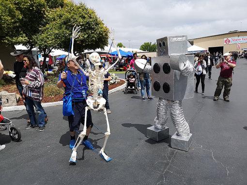 『Maker Faire Bay Area 2019』の様子 / 「まえこっかくのSUZUKI」さん(@create_clock)は自作した特撮用スケルトンを持って、東京を皮切りにアメリカ、中国、タイなどの『Maker Faire』に登場。世界のどこでも大人気