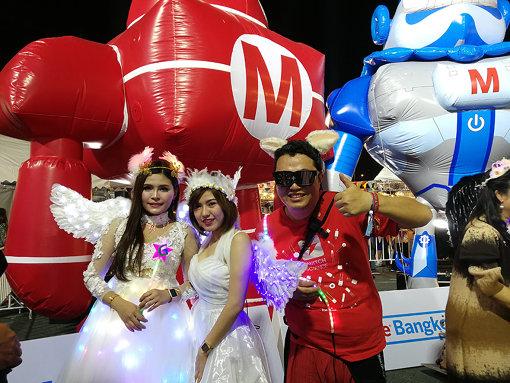 『Maker Faire Bangkok 2018』での1コマ。バンコクでは、毎年フェアに合わせてLEDなどで自作の装飾をしたメイカーが練り歩くナイトパレードが行われる。ナイトマーケットが賑わうタイならではの催し