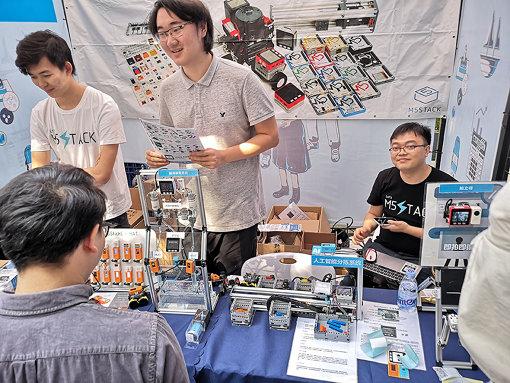 『Maker Faire Shenzhen 2019』でのスタートアップ「M5Stack」の展示ブース。同社の販売するプロトタイピングモジュールは世界のメイカーたちに支持され、最初の製品を出してからわずか2年で従業員が50人以上にまで成長した