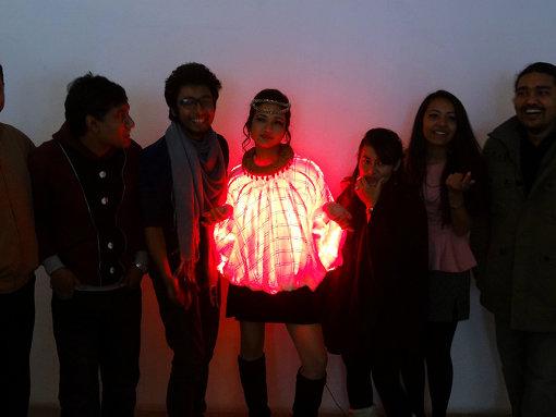 ネパール、カトマンズのメイカーイベント『Yantra 3.0』にて、電子工作マニアとファッション愛好家の共作「LEDドレス」。『Yantra3.0』では、アーティストとエンジニアの共作が目立った