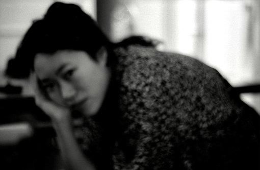 石原海(UMMMI.)<br>アーティスト / 映像作家。愛、ジェンダー、個人史と社会を主なテーマに、フィクションとノンフィクションを混ぜて作品制作をしている。初長編映画『ガーデンアパート』、東京藝術大学の卒業制作『忘却の先駆者』がロッテルダム国際映画祭に選出(2019)。また、英BBCテレビ放映作品『狂気の管理人』(2019)を監督。現代芸術振興財団CAF賞 岩渕貞哉(美術手帖編集長)賞受賞(2016)など。