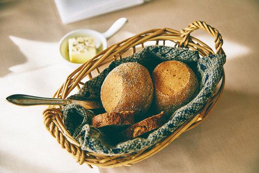 スカンジナビアコース 6,000円 ~北欧の伝統的なレシピ、食材をより生かしたコース~<br>自家製パン2種(定番のライ麦にアニス、フェンネルシード入りと日替わりブランデー漬けイチジク入り)