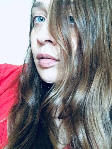 フィオナ・アップル<br>1977年NY出身。17才の時に書き上げた作品『TIDAL』でデビュー。彼女の前に道はなく、既存のジャンルに分類することが不可能だとも言われたが、「マーケットがない」と危惧されたウィークポイントを僅か1年で逆にアドバンテージに変え、「比類無き唯一の存在」として自身のアイデンティティーを確立した。これまでに5枚のアルバムをリリースし、通算アルバム売上は1000万枚以上、『グラミー賞』8回ノミネート(うち1回受賞)。2020年4月には8年ぶりとなる新作『Fetch the Bolt Cutters』が発表された。