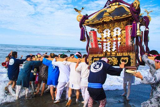 神輿の渡御は祭りの花形でもある。写真は湘南に夏の到来を告げる浜降祭(神奈川県茅ヶ崎市)のワンシーン。こちらの祭りも本年は中止となった 撮影:大石慶子