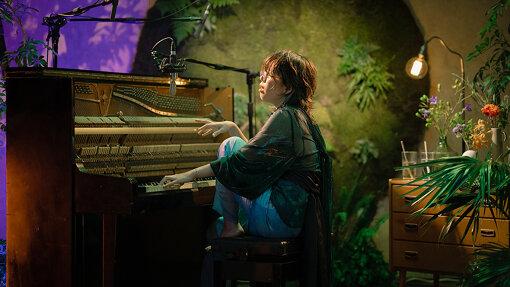 中村佳穂(なかむら かほ) / 撮影:今木研志<br>「手は生き物、声は祈り。」1992年生まれ、京都出身のミュージシャン。20歳から本格的に音楽活動をスタートし、音楽その物の様な存在がウワサを呼ぶ。ソロ、デュオ、バンド、様々な形態で、その音楽性を拡張させ続けている。
