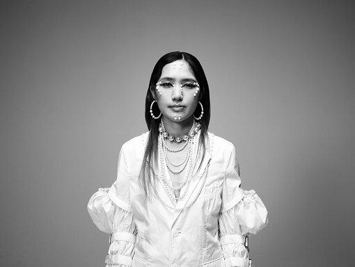 AAAMYYY(えいみー)<br>長野出身のシンガー・ソングライター / トラックメイカー。キャビンアテンダントをめざしてカナダへ留学、帰国後の22歳より音楽を制作しはじめ、2017年よりAAAMYYYとして活動を開始。2018年6月、Tempalayに正式加入。2019年2月、ソロとしての1stアルバム『BODY』をリリースした。