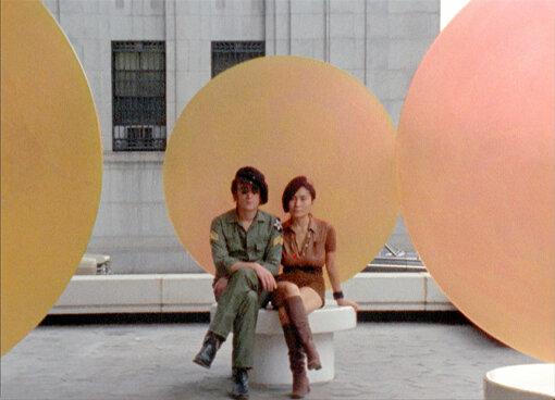 """左から:ジョン・レノン、オノ・ヨーコ / ©2018 YOKO ONO LENNON<br>ジョン・レノン<br>1940年10月9日、英リバプール生まれ。1960年代はThe Beatlesのメンバーとして活躍。1966年、オノ・ヨーコと出会い、1969年3月結婚。二人は共作したコンセプチュアルアート『Acorn Peace(平和のどんぐり)』『Bed In(ベッド・イン)』『WAR IS OVER! (if you want it)』などの平和運動とともに、『Give Peace A Chance(平和を我等に)』発表後、Plastic Ono Bandとして活動。The Beatles解散後の1970年『John Lennon/Plastic Ono Band(ジョンの魂)』を発表しソロキャリアをスタート。1975年、息子ショーンが生まれた事を機に主夫として生活、しばらく音楽活動を離れる。1980年、5年の沈黙を破りジョン&ヨーコ名義での『Double Fantasy』で音楽シーンに再登場。しかし、リリース直後の12月8日、凶弾に倒れ悲劇的な死を迎える。享年40歳。<br><br>オノ・ヨーコ<br>1933年2月18日、東京都生まれ。1950年代後半よりNYで芸術活動を開始。コンセプチュアル・アートの先駆者、前衛芸術家、音楽家として60年以上にわたり全世界へ向けてメッセージを発信し続ける。1964年『Grapefruit(グレープフルーツ)』を出版。1966年、ロンドンのインディカ・ギャラリーで開催した個展でジョン・レノンと出会い、その後共に音楽・芸術活動を行なう。ジョンは生前""""Imagine""""は『グレープフルーツ』から着想を得ていたと語っており、1971年のリリースから46年後の2017年にジョンの希望通り、ヨーコの名前が共作者として正式にクレジットされるに至った。一貫してアートと日常生活の境界を崩すことを試み、彼女ならではの前衛的な方法で愛と平和を訴え続けている。"""