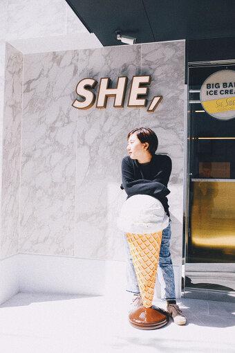 龍崎翔子(りゅうざき しょうこ)<br>2015年、大学1年生の頃に母とL&G GLOBAL BUSINESS, Inc.を立ち上げる。「ソーシャルホテル」をコンセプトに、北海道・富良野に「petit-hotel #MELON」をはじめとし、大阪・弁天町に「HOTEL SHE, OSAKA」、北海道・層雲峡で「HOTEL KUMOI」など、全国で計5店舗をプロデュース。京都・九条にある「HOTEL SHE, KYOTO」はコンセプトを一新し、3月21日にリニューアルオープン。
