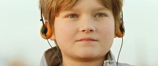 幼少期からバート・ミラードは音楽好きで、U2などを愛聴していることが描かれる
