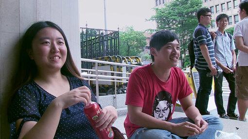 左から、中国人留学生の蔡博芸(ツァイ・ボーイー)と、ひまわり運動の中心人物・陳為廷(チェン・ウェイティン)/ 『私たちの青春、台湾』 ©7th Day Film All rights reserved 2017