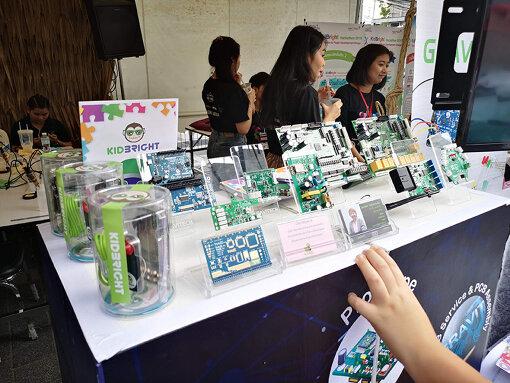 『Maker Faire Bangkok』にて。タイ政府は独自開発のプログラミング教育ボード『KIDBRIGHT』をタイ全国の中学校と高校に計20万台配布している