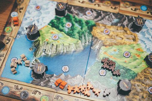 これは、ノルウェーの伝説に出てくるトロールが、各地の岩山をハンマーで叩いてお宝を集めるゲーム『トロールフィヨルド』。人型コマは木製でできている。ちなみに、人形コマはほかのゲームでもよく見られ、ボードゲーマーのあいだで「ミープル」と呼ばれている