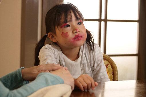 真紀の娘・菜子(新津ちせ)は、真紀の意に反して美和子やその夫に懐く © 「ミセス・ノイズィ」製作委員会