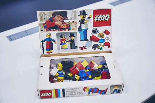 LEGOは1958年から、現在のような複数のブロックがぴたっと重なる構造・機能を持つようになった