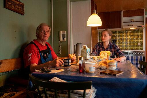 左から:叔父さん(ペーダ・ハンセン・テューセン)、クリス(イェデ・スナゴー) / 『わたしの叔父さん』©2019 88miles