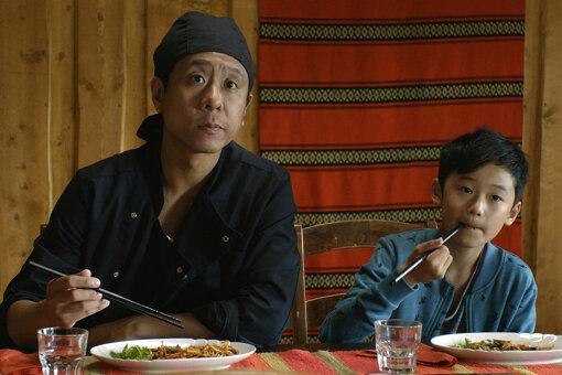 左から、父親のチェン、子どものニュニョ / 『世界で一番しあわせな食堂』場面写真 ©Marianna Films