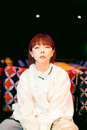 aiko(アイコ)<br>1975年11月22日生まれ、大阪府吹田市出身のシンガーソングライター。ラジオパーソナリティなどの活動を経て、1998年、シングル『あした』でメジャーデビュー。等身大の心情を綴った歌詞、耳なじみのよいメロディーライン、飾らないキャラクターなどで男女ともに高い人気を誇る。『紅白歌合戦』には14回出場。2021年3月3日、14枚目となるオリジナルアルバム『どうしたって伝えられないから』をリリース。