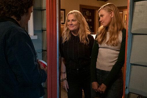 左が主人公の母親役として出演するエイミー・ポーラー監督、右がハドリー・ロビンソン演じる主人公のヴィヴィアン