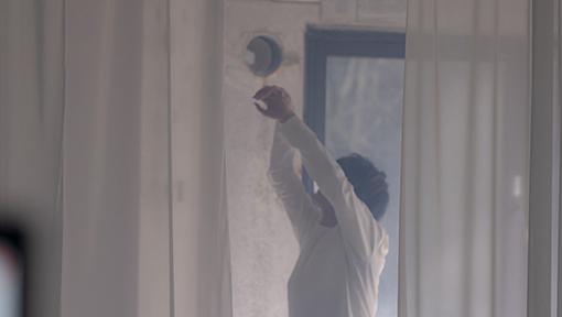 """大森元貴""""French""""ミュージックビデオより。吉開は具体的な振り付けに関して「身体は覚えている日常的な仕草のような、おぼろげな記憶のようなイメージもあったので、そうした、踊りと仕草の間のような動きを取り入れました」とメール取材で回答してくれた。"""