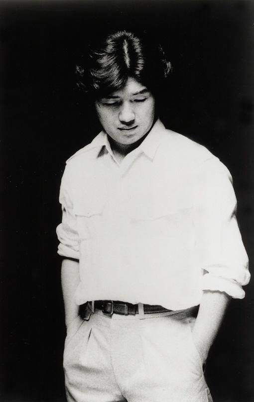 大滝詠一(おおたき えいいち) / 撮影:井出情児<br>1948年7月28日岩手県生まれ、2013年12月30日没。高校卒業後上京し、1970年に細野晴臣、松本隆、鈴木茂と、はっぴいえんどを結成。1972年の解散後、自身のレーベル「ナイアガラ」を設立。1981年に、オリジナルソロアルバムとしては5枚目にあたる『A LONG VACATION』を発表。そのほかプロデュースや楽曲提供などで数々のヒット作やスタンダードポップスを生み出し、日本のポピュラー音楽界に大きな影響を残す。