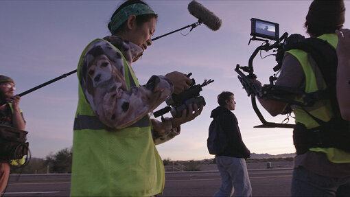 フランシス・マクドーマンドとクロエ・ジャオ監督 © 2021 20th Century Studios. All rights reserved.