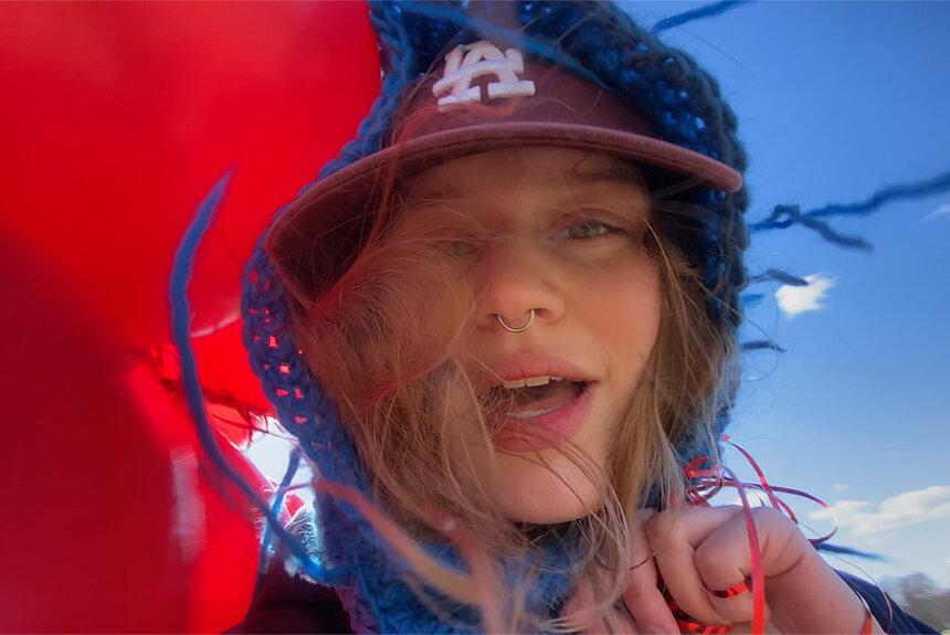 girl in redの綴る言葉。「Z世代のクィアアイコン」の詩的感性