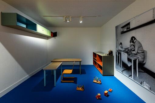アイノがデザインした子供用の家具の展示 撮影:上野則宏 写真提供:世田谷美術館