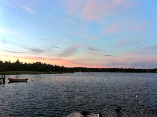 深夜0時、夏のフィンランドの海(写真:筆者提供)