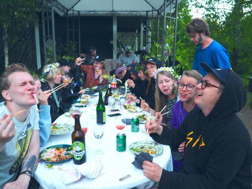 友人たちと集まり夏至祭の食卓を囲む(写真:筆者提供)