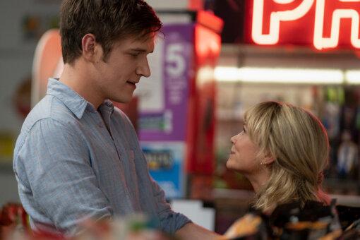 キャシーと再会する大学のクラスメート・ライアンを演じるのは、『エイス・グレード 世界でいちばんクールな私へ』の監督としても知られるボー・バーナム © Focus Features
