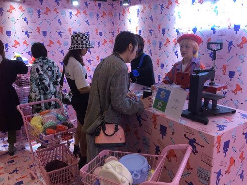 『LABELHOOD』2018AW会場内のポップアップショップ。お目当てのブランドの新作を買うために、長距離列車に乗って上海にやってくる若者も少なくない  photo by Hitomi Oyama